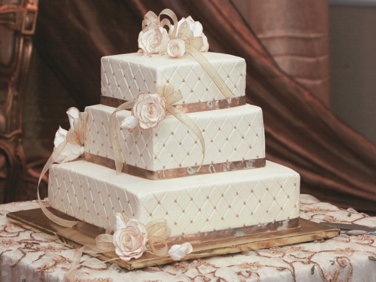 1515841119-wedding-decoration-lovely-three-layered-square-wedding-cake-with-cute-rose-ribbon-for-christmas-wedding-decoration-lovely-christmas-wedding-decorations-ideas